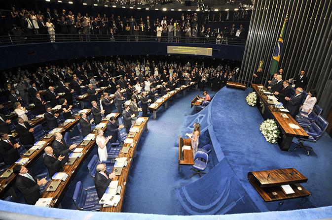 José Sarney preside  posse para parlamentares que farão parte da 54ª  Legislatura. Sarney seria reeleito em seguida para presidente da Casa por mais dois anos